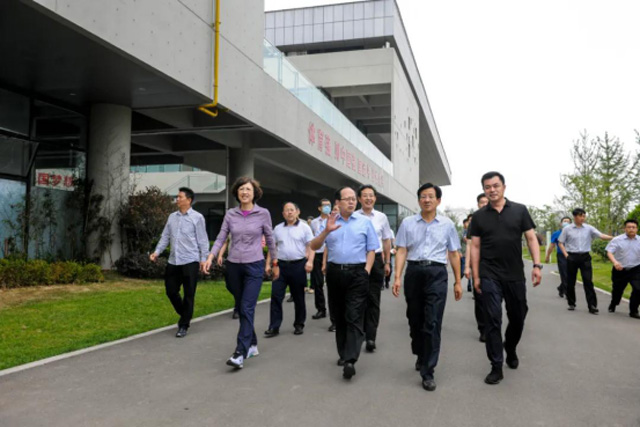 6月6日,国家体育总局局长、党组书记苟仲文带领调研组来日照市调研体育工作期间,到安泰long8 vip手机版公园调研。